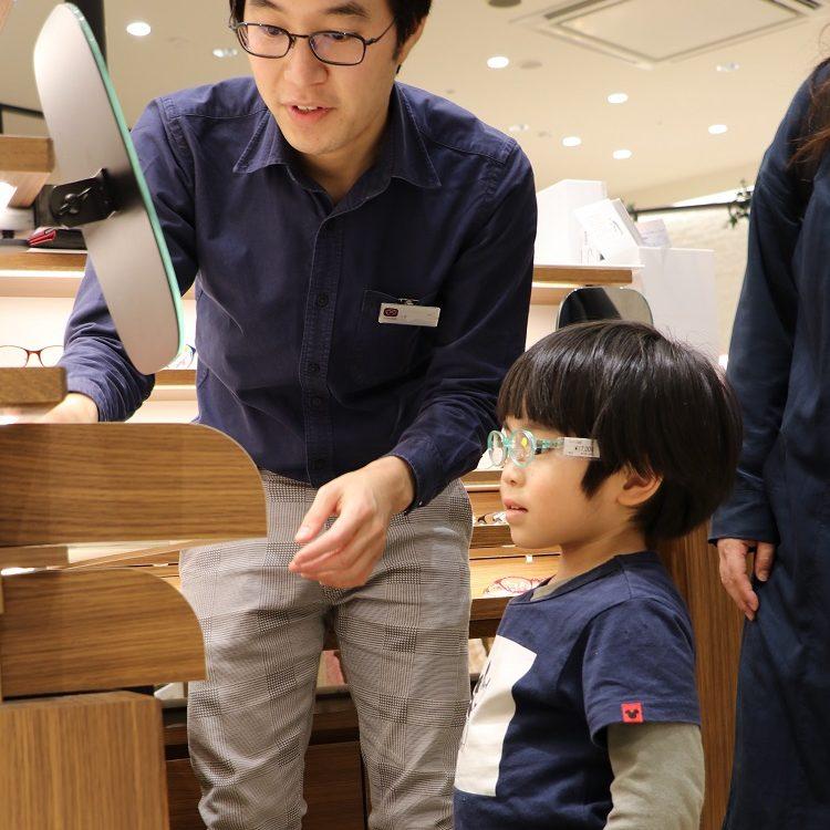 お子さんの成長に合わせた最適なメガネを