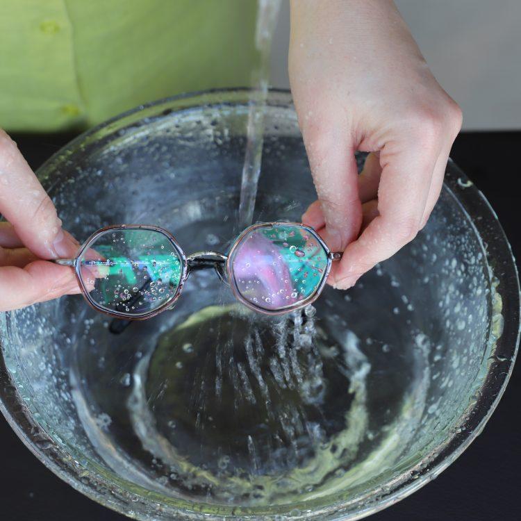 ①メガネについたホコリなどの汚れを落とすように、メガネ全体をお水ですすぎます。
