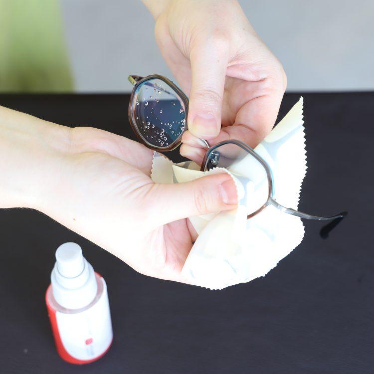 ③きれいなメガネ拭きを使って、やさしく全体の水分を拭き取ります。